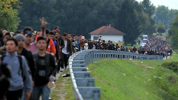 Migrants walk towards the Hungarian border after arriving at the train station in Botovo, Croatia October 6, 2015 - Sputnik France