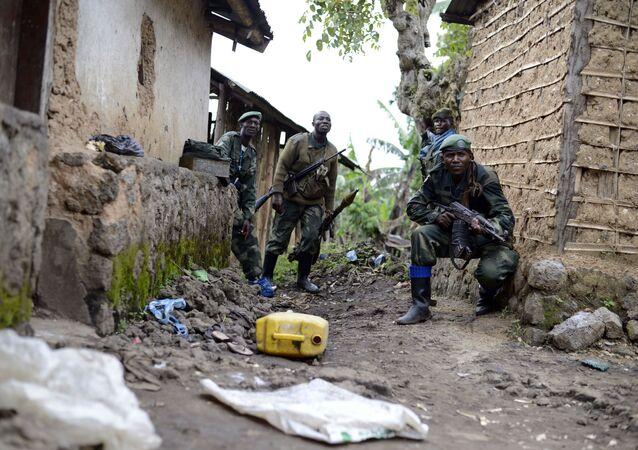 Les soldats de l'armée congolaise s'emparent d'une attaque contre Jomba rebelle, alors qu'ils avancent vers Bunagana, à l'est du Congo