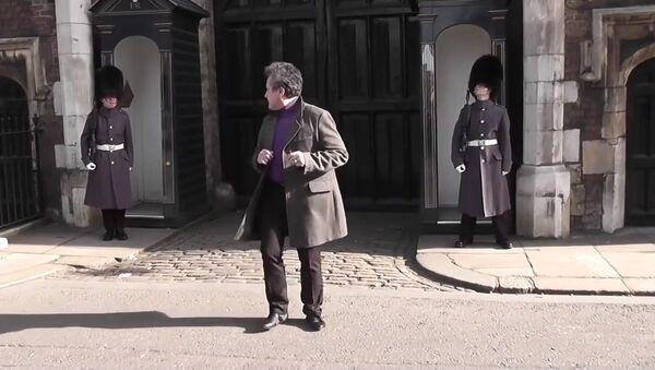 Un touriste français fait le pitre en face du Palais Saint James - Sputnik France