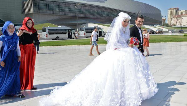 Des nouveaux mariés à Bakou, la capitale de l'Azerbaïdjan - Sputnik France