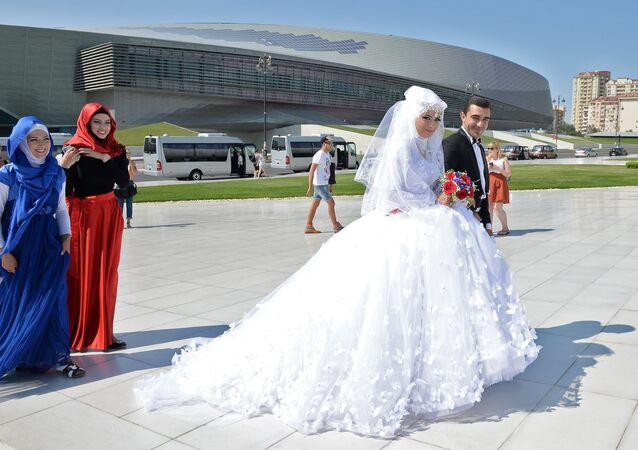 Des nouveaux mariés à Bakou, la capitale de l'Azerbaïdjan