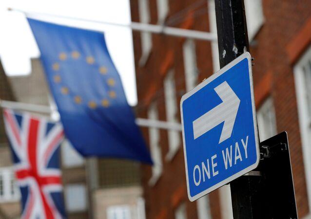 Des drapeaux britannique et européen à Londres