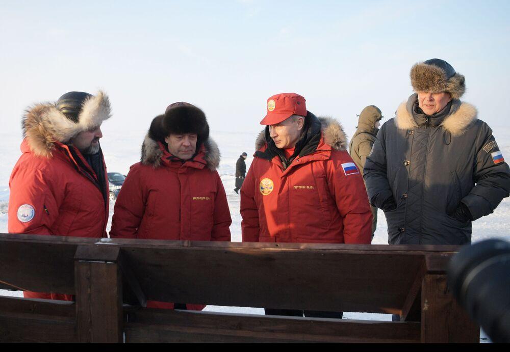 Poutine et Medvedev sur l'archipel François-Joseph