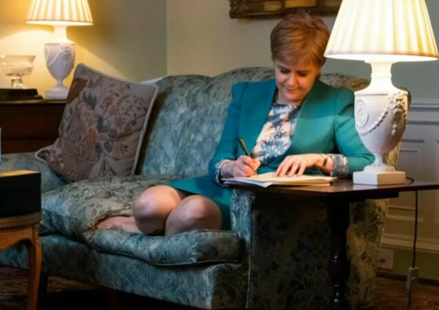 Nicola Sturgeon écrivant la lettre à Theresa May