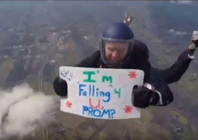 «Je tombe pour toi!»: il se jette d'un avion avec une invitation béton!