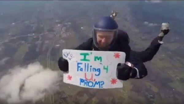 «Je tombe pour toi!»: il se jette d'un avion avec une invitation béton! - Sputnik France