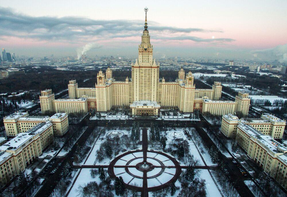 Vue sur le bâtiment principal de MGU, l'université  d'Etat moscovite, situé sur le mont Vorobiev