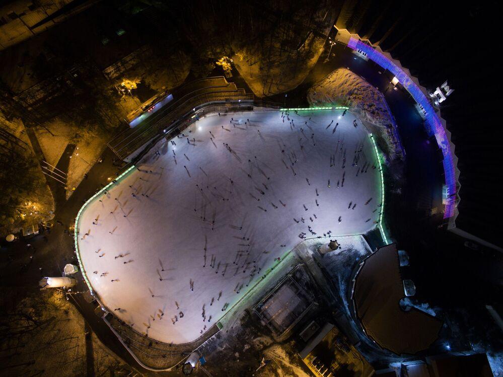 La patinoire du parc culturel  et de repos « Sokolniki » à Moscou