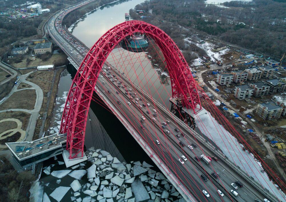 Le pont Jivopissny sur la Moskova