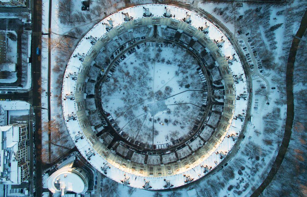 """Vue sur la """"maison ronde"""" rue Dovjenko à Moscou"""