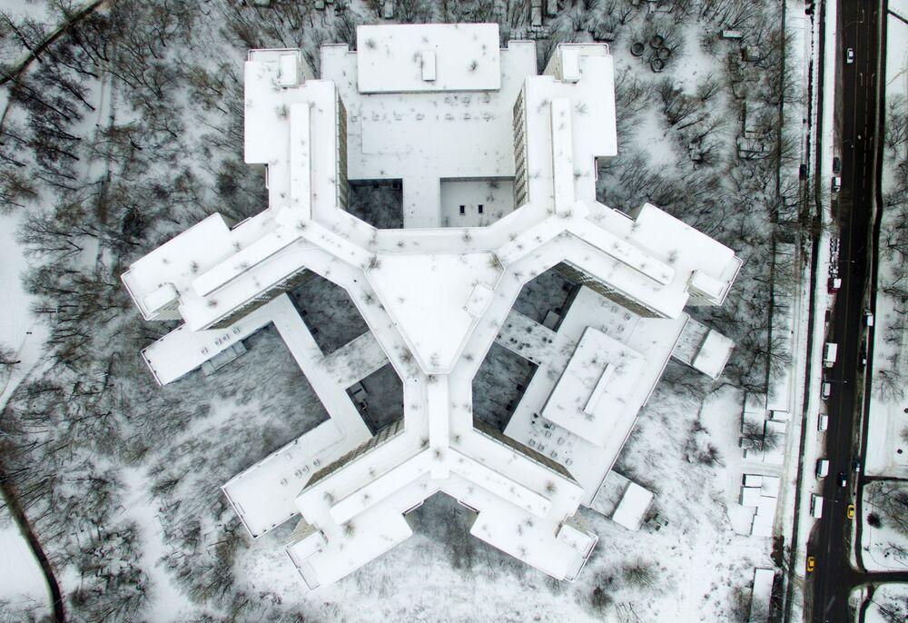Le bâtiment inachevé de la clinique de Khovrino rue Klinskaïa à Moscou