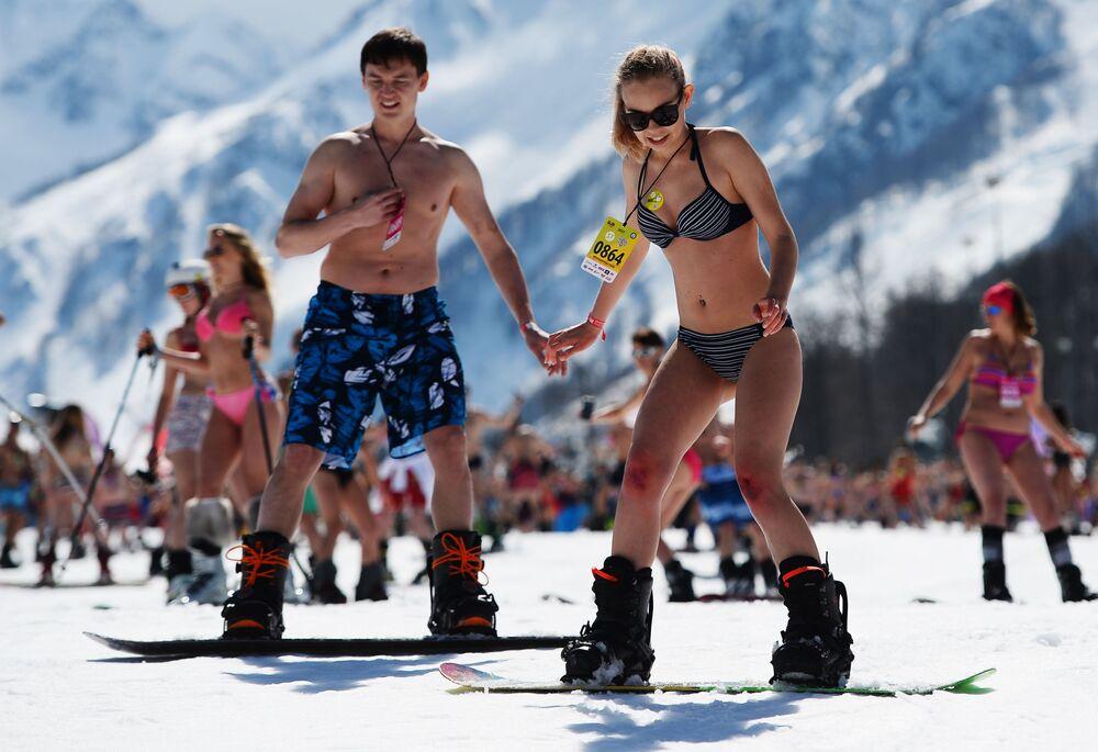 En montagne en maillots de bain : le carnaval Boogel Woogel à Sotchi