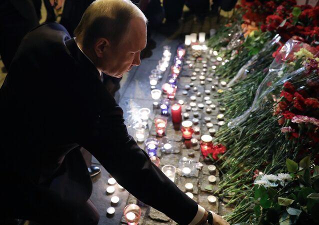 Le président russe Vladimir Poutine dépose des fleurs devant la station de métro Tekhnologuitcheski Institout