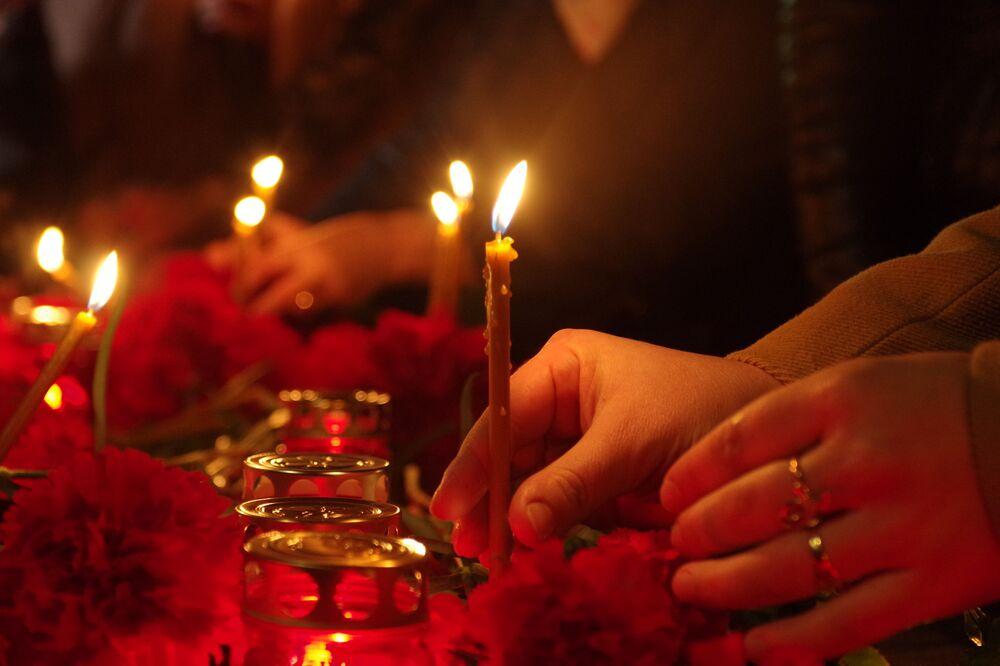 Des habitants de Simféropol allument des bougies en mémoire des morts dans l'explosion du métro de Saint-Pétersbourg