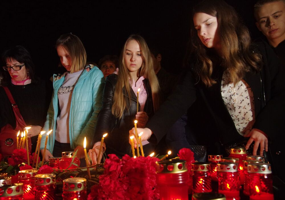 Des participants à un rassemblement en mémoire des morts dans l'explosion du métro de Saint-Pétersbourg sur la place Lénine à Simféropol