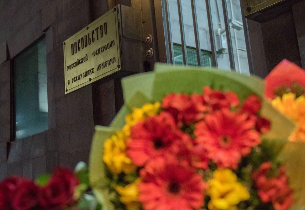 Des fleurs devant l'ambassade de Russie à Erevan en mémoire des morts dans l'explosion du métro de Saint-Pétersbourg