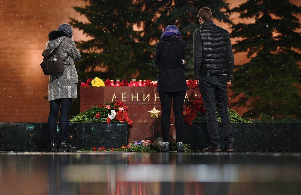 Des jeunes gens déposent des fleurs au mémorial à Leningrad dans l'Allée des Villes-Héros, à Moscou, en mémoire aux morts dans explosion du métro de Saint-Pétersbourg