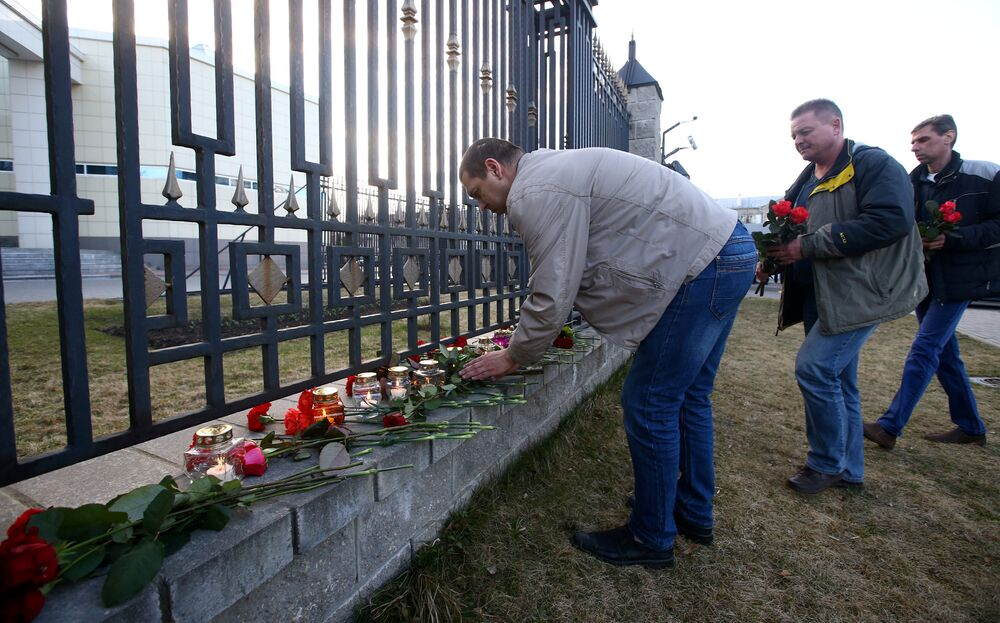 Des habitants de Minsk déposent des fleurs à l'ambassade de Russie en mémoire des morts dans l'explosion du métro de Saint-Pétersbourg