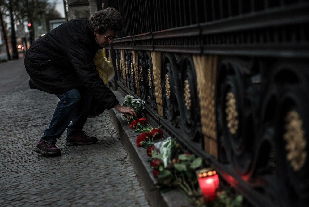 Une femme dépose des fleurs à l'ambassade de Russie à Berlin en mémoire des morts de l'explosion dans le métro de Saint-Pétersbourg