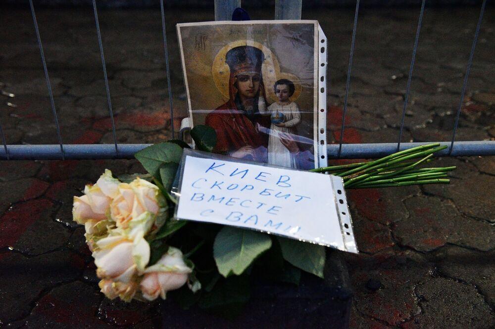 Des fleurs devant l'ambassade de Russie à Kiev en mémoire des morts dans l'explosion du métro de Saint-Pétersbourg