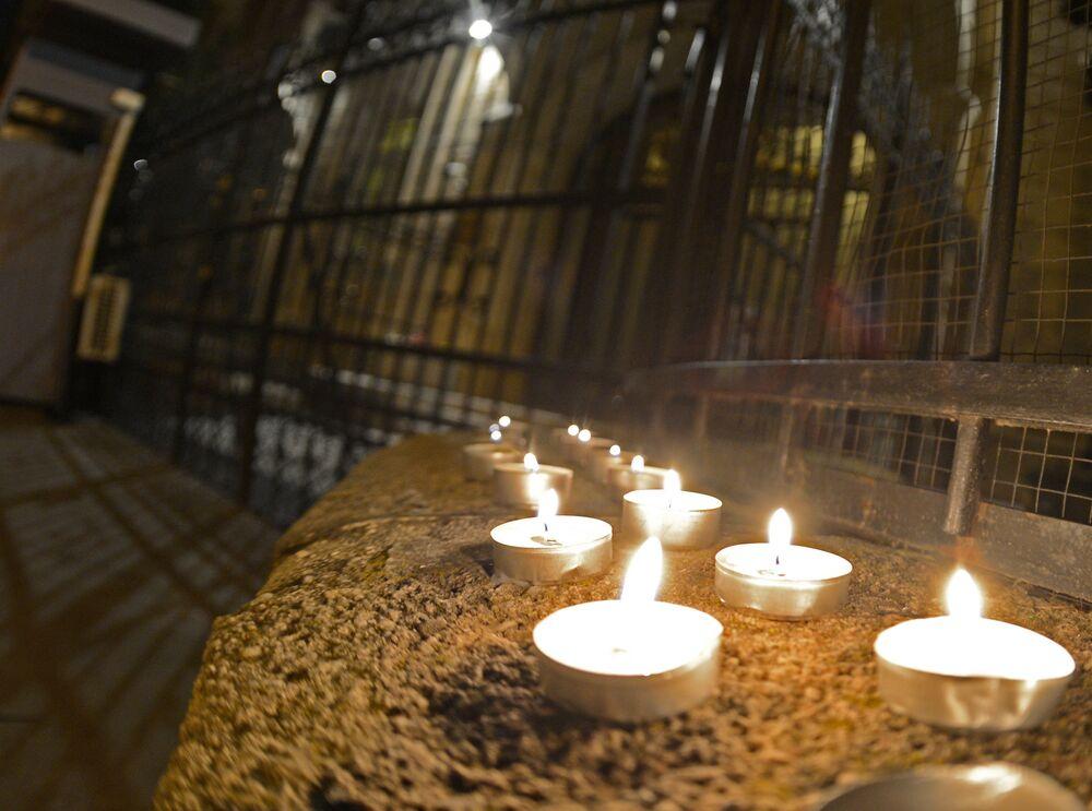 Des bougies devant l'ambassade de Russie à Budapest en mémoire des morts dans l'explosion du métro de Saint-Pétersbourg