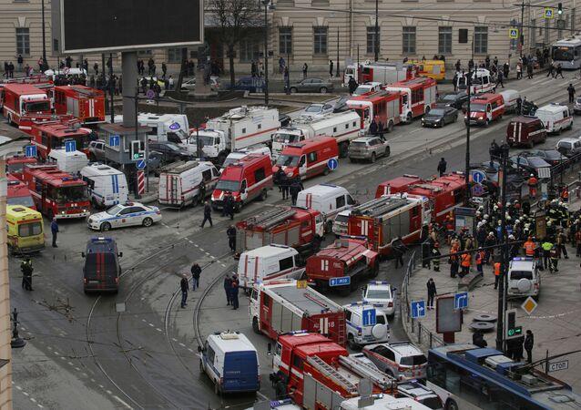 Les secouristes sur les lieux de l'attentat de Saint-Pétersbourg