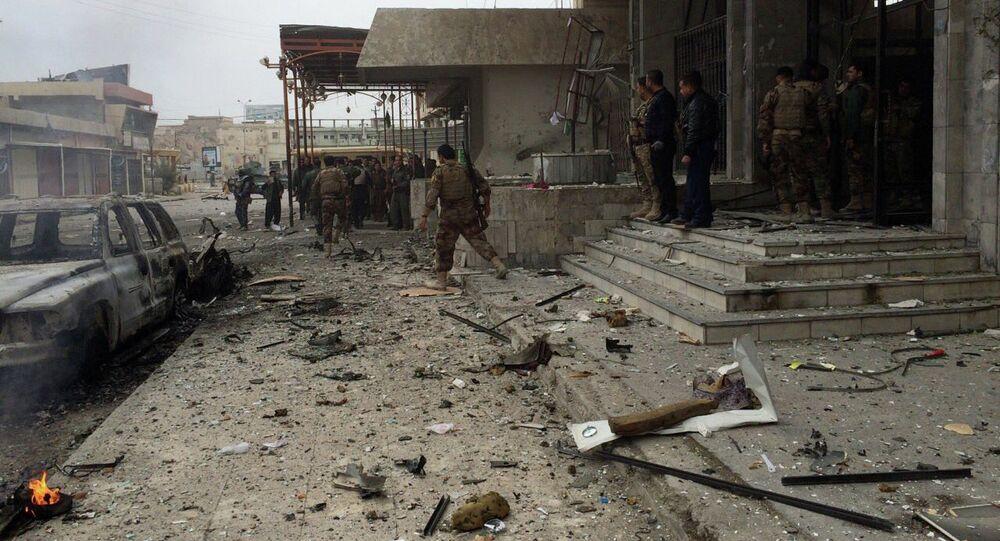 Les combattants kurdes de Peshmerga sécourisent un hôtel près d'un quartier général de la police à Kirkuk, à 290 kilomètres au nord de Bagdad, en Irak, le vendredi 30 janvier 2015