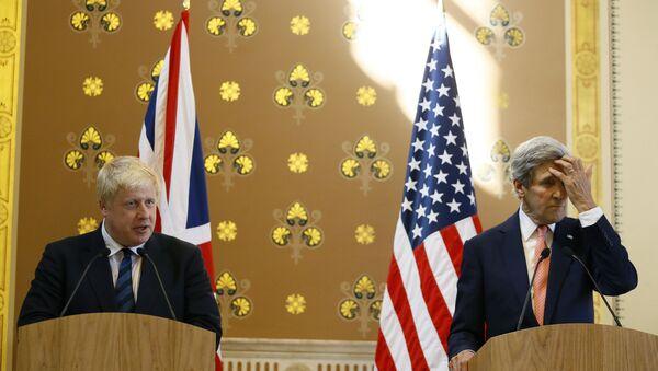 Le ministre britannique des Affaires étrangères Boris Johnson parle lors d'une conférence de presse avec l'ancien secrétaire d'État américain John Kerry - Sputnik France