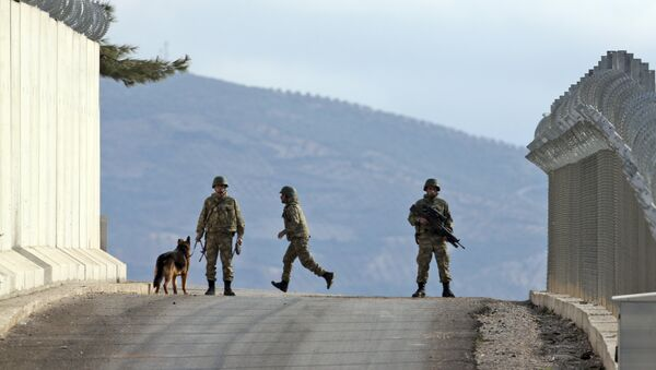 Turkish army soldiers patrol outside a military outpost near the town of Kilis, southeastern Turkey, close to the wall the country had been constructing to boost security along its border with conflict-stricken Syria, background, Thursday, March 2, 2017. - Sputnik France