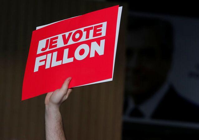 Un partisan du candidat à la présidentielle française François Fillon avec un signe Je vote pour Fillon lors d'un rassemblement politique à Paris