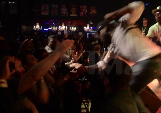 Galanterie sans pareil: le rappeur 50 Cent frappe une fan en plein concert