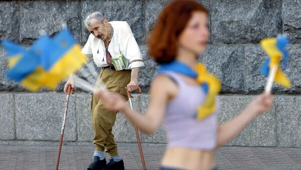 An elderly invalid man (back) sings and dances to attract the attention of passers-by, while a girl sales Ukrainian national flags to make some money in downtown Kiev, 31 July 2003. - Sputnik France