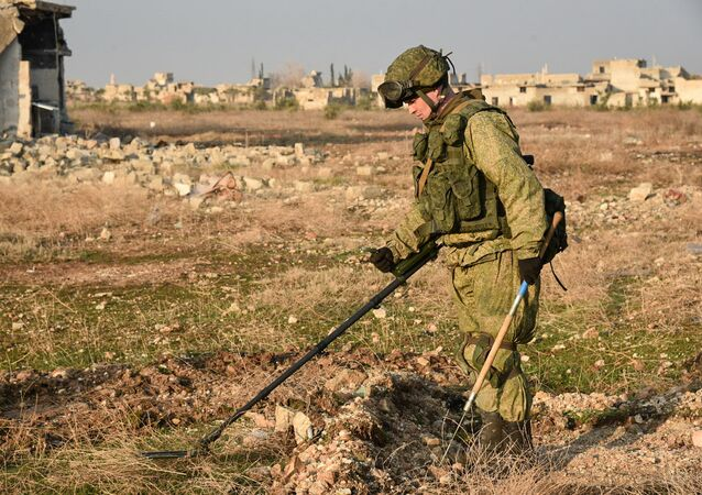 Un sapeur russe recherche les mines en Syrie
