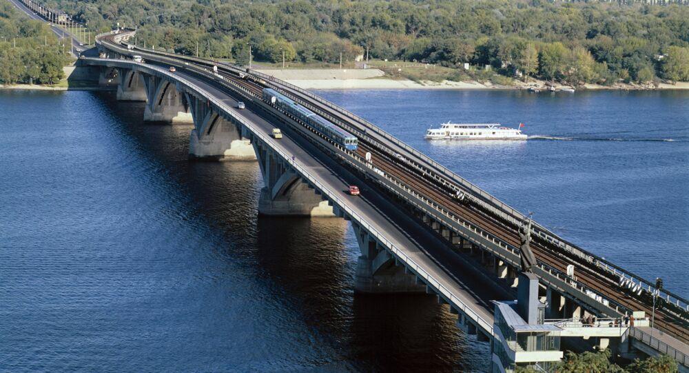 L'un des deux ponts de métro enjambant le Dniepr à Kiev