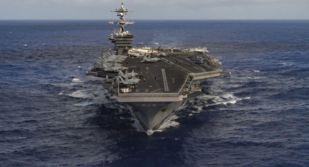 Le porte-avions  USS Carl Vinson  dansl'océan Pacifique