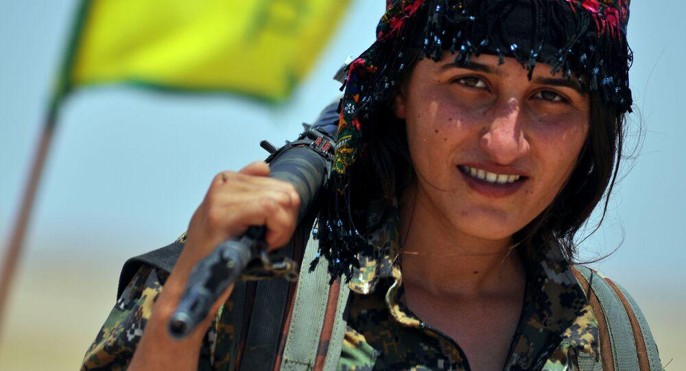 Une Kurde des Unités de défense féminines (YPJ)