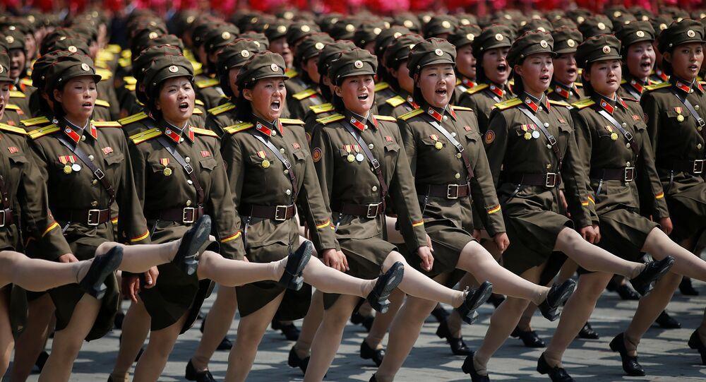Un bataillon féminin marche lors du défilé militaire en Corée du Nord