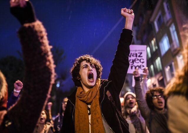 Les partisans du «non» au référendum sur l'extension des pouvoirs du président Recep Tayyip Erdogan manifestent à Istanbul.