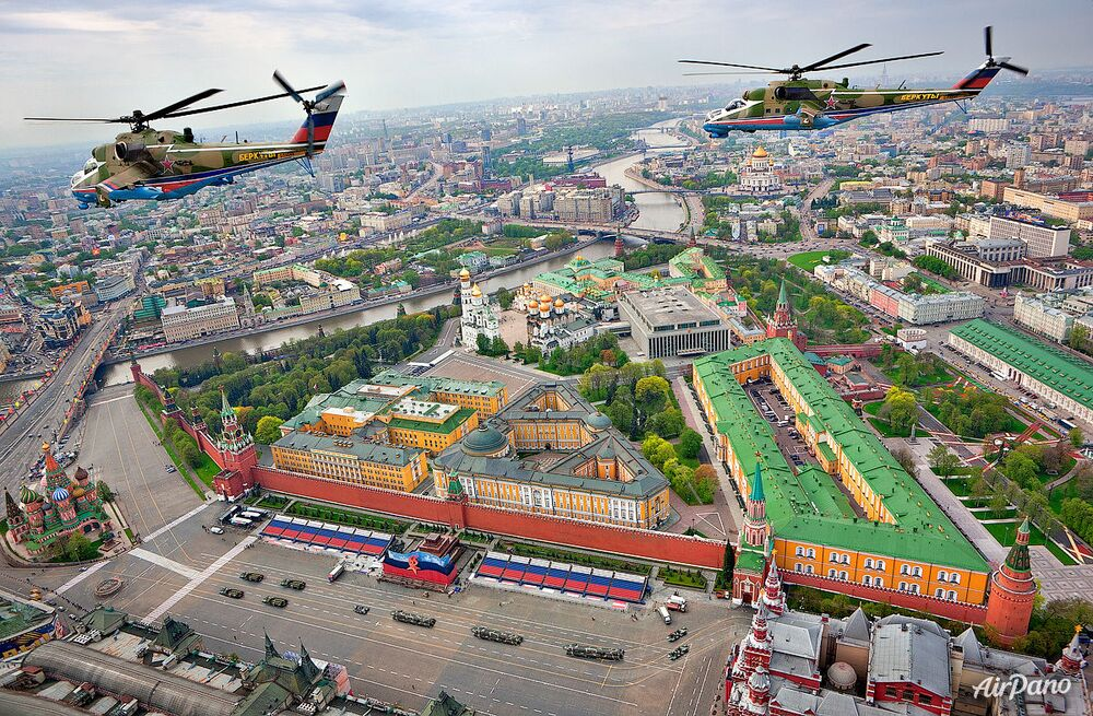 Le groupe de pilotage «Berkouty» au-dessus de la place Rouge à Moscou