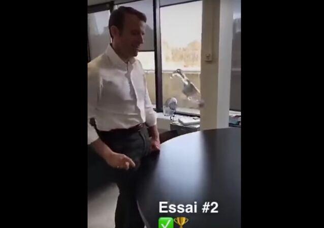 Savez-vous lancer une bouteille d'eau comme Emmanuel Macron?