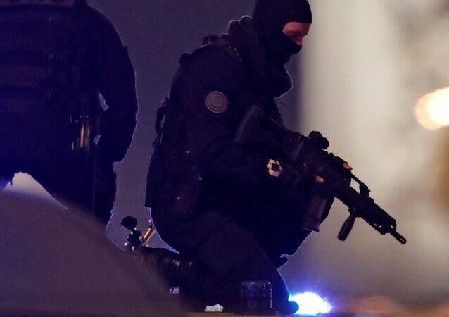 La police au centre de Paris suite à une attaque sur les Champs-Elysées