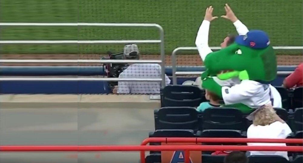 Quand un «crocodile» remplit sa mission de mascotte en défendant un enfant