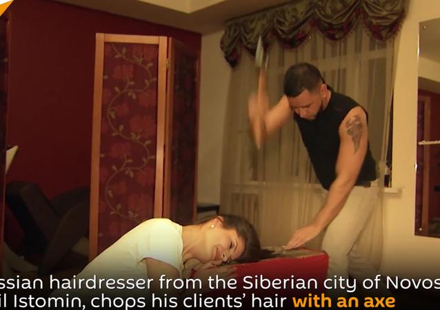 Ce coiffeur russe qui coupe les cheveux… à la hache (vidéo)