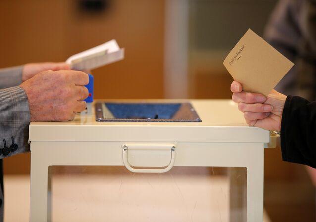 On lui demande de retirer son voile pour voter, elle porte plainte