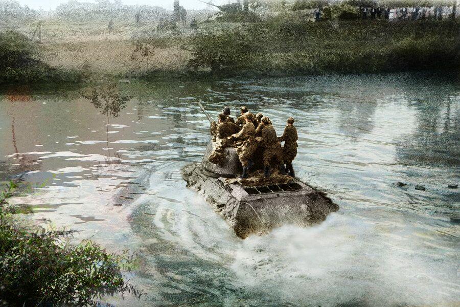 Des soldats soviétiques franchissent le Dniestr