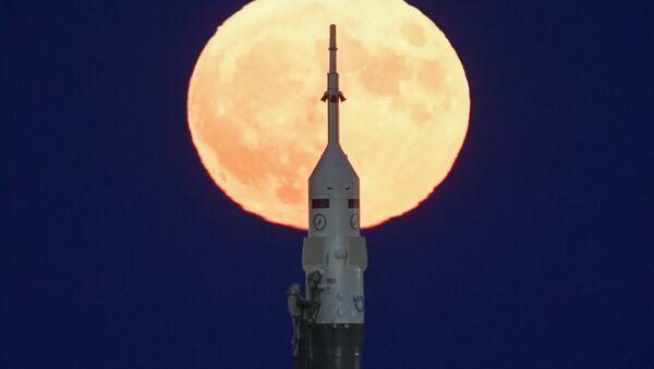 Un Soyouz sur fond de la super Lune - Sputnik France