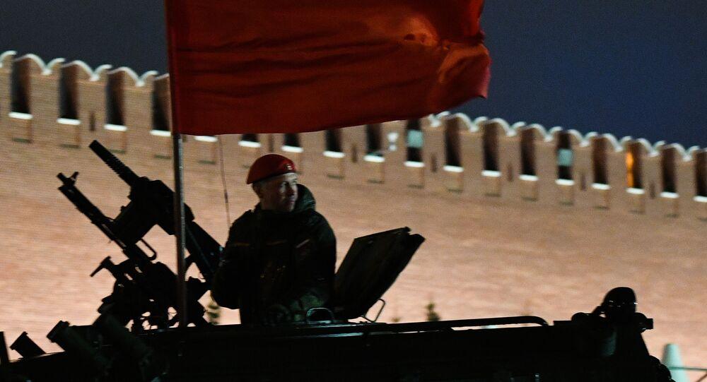 Le commandant de l'équipage d'un tout-terrain blindé Tiger-M lors d'une répétition du défilé consacré à la Grande Victoire sur la place Rouge