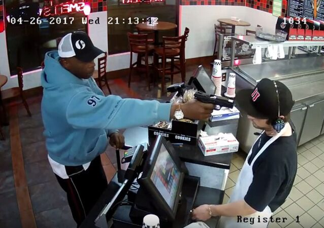 Un homme armé menace le caissier d'un café, il riposte par un poker face (Vidéo)