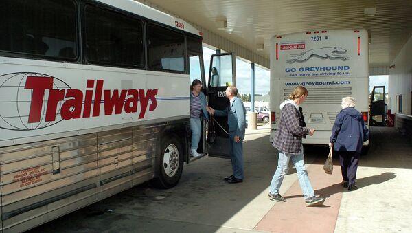 Passengers depart a bus. - Sputnik France