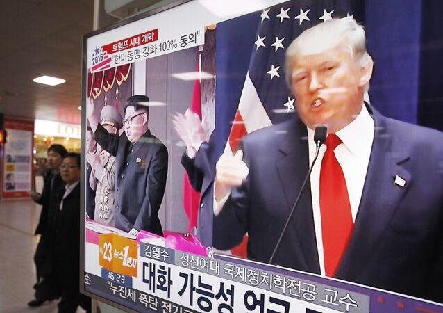 Donald Trump et Kim Jong-un sur l'écran d'un téléviseur